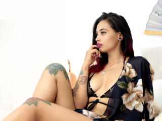 CherryBlack模特的性感個人頭像,邀請您觀看熱辣勁爆的實時攝像表演!