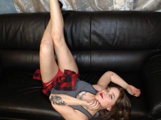 Poza sexy de profil a modelului KiraLovely, pentru un intens show webcam live !