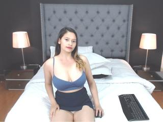 Photo de profil sexy du modèle ShantalMady, pour un live show webcam très hot !