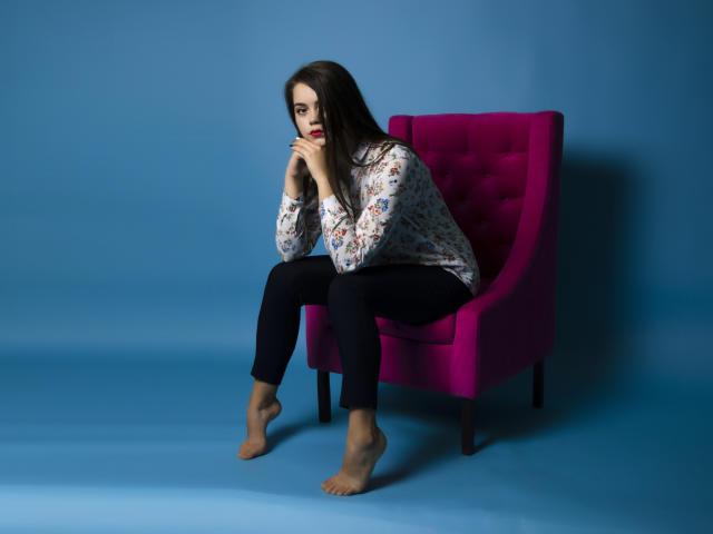 Poza sexy de profil a modelului AlluringAndrea, pentru un intens show webcam live !