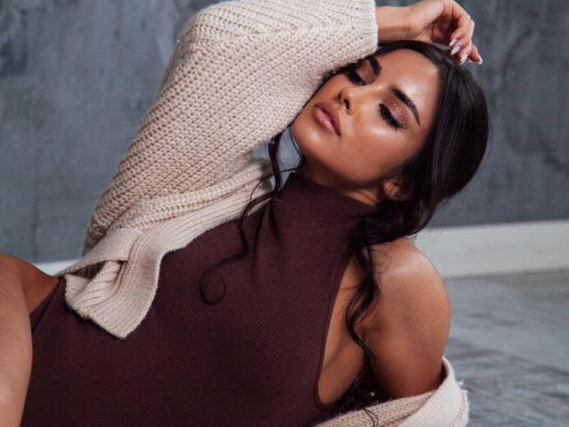 Poza sexy de profil a modelului MikaelaRodriguez, pentru un intens show webcam live !