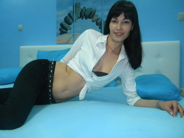 Picture of the sexy profile of MissAdelinne, for a very hot webcam live show !