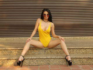 JuliaJoy - Chat hard with a brunet Hot young and sexy lady