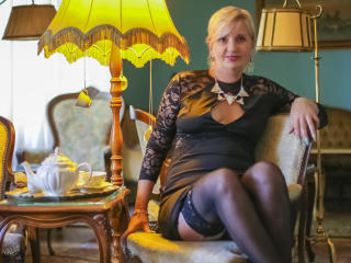 ExperiencedAlana - Show live hot with this shaved pussy Sexy mother