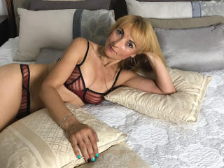 SultrySavannahh - Webcam live porn with this Mature with average hooters